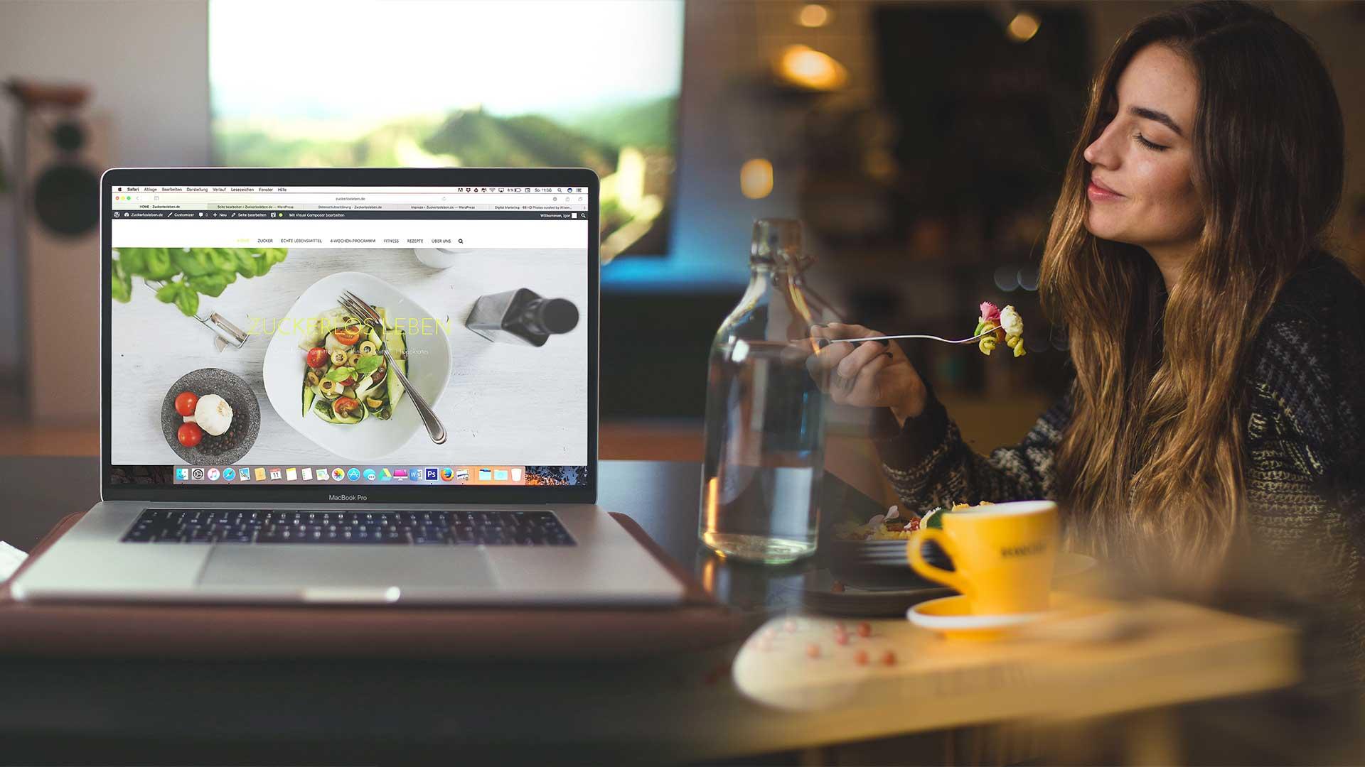 kobieta zamawia jedzenie z internetowej restauracji