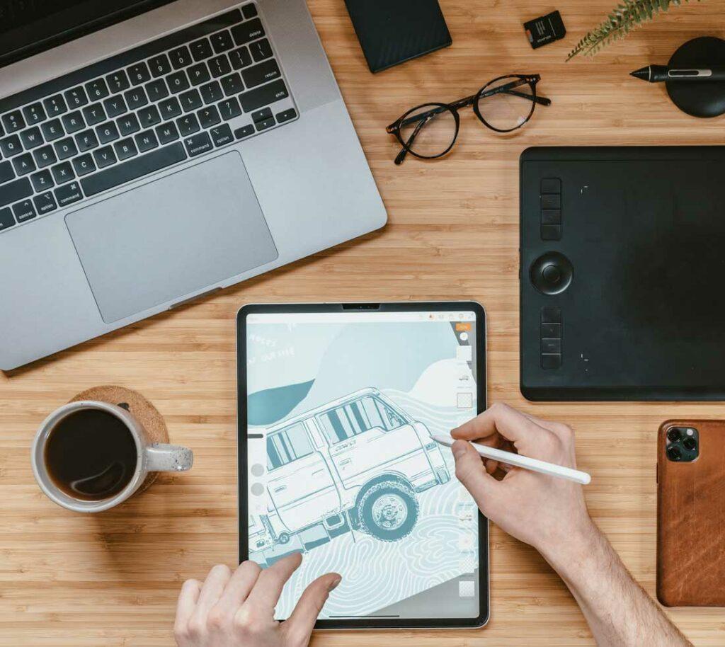 artysta cyfrowy maluje na tablecie graficznym na biurku